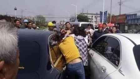 女司机太阴险啦! 连变三车道别车, 险些撞到行人, 男司机拖出来一顿暴打!