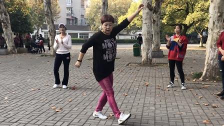 《一晃就老了》百听不厌, 60岁老奶奶跟音乐跳鬼步舞, 路人看痴迷