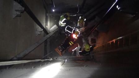 湖北武汉 工人不慎跌入6米深电梯井 消防员接力营救
