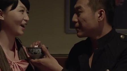 高强正向美女表达自己的爱意 水姐突然的出现让他很尴尬!