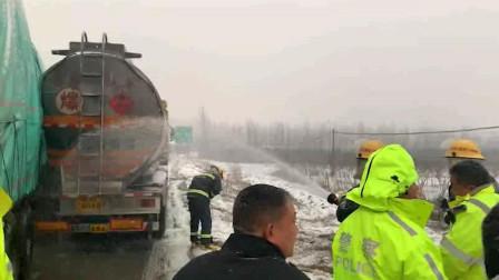 湖北襄阳: 货车追尾柴油槽罐车 34吨柴油倾倒一地