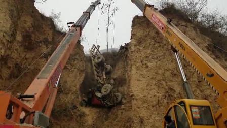 湖北十堰 小货车刹车失灵冲下山崖 消防员、民警、村民接力营救
