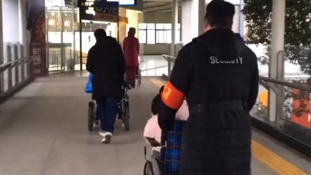 湖北武汉 暖心! 三位残疾女子结伴出门为老师庆生