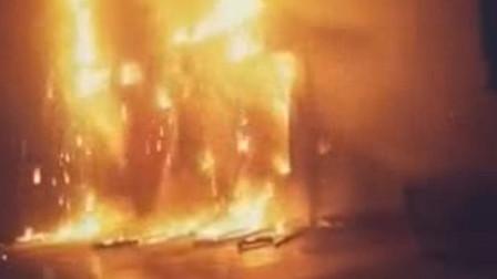 湖北武汉 消防员火场勇救5人后 抱八旬老人直奔医院