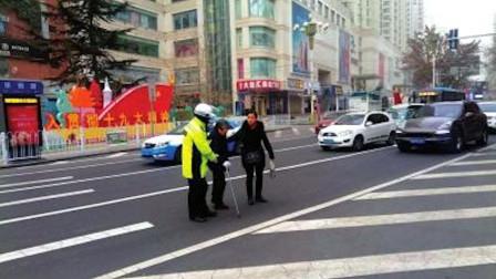 湖北宜昌 老人腿脚不便无法从天桥通过 交警搀扶老人过马路
