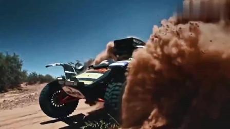 达喀尔拉力赛: 汽车摔入大坑, 众人伸出援手
