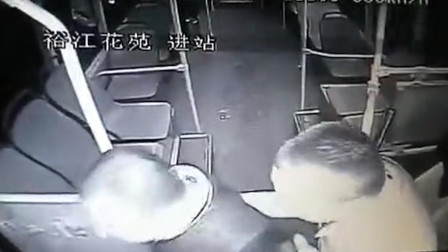 湖北鄂州 一男子不满公交挡路 愤怒上车连殴2名司机
