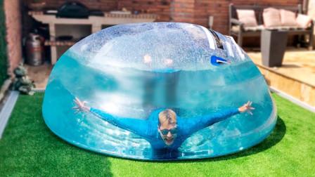 国外小哥突发奇想 作死挑战在透明球中潜水