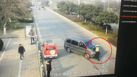 猖狂! 湖北襄阳 7坐面包车坐13人 还顶着交警前行数十米欲逃逸!