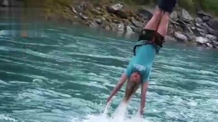 刺激! 美女在47米高的桥梁蹦极 被一脚踹下去
