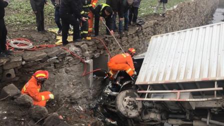 湖北襄阳一小货车冲向水沟 消防员紧急营救