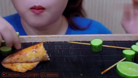 越南吃播小姐姐, 吃秘制烤鱿鱼和黄瓜段, 嚼着脆脆的