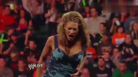 WWE回顾: 难得一见, 美女穿礼服打架, 火爆结局你肯定猜不到!