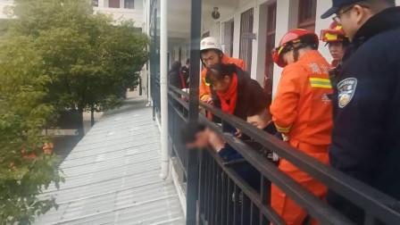 湖北孝感: 小孩贪玩头卡护栏 消防仅用50秒成功救出
