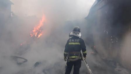 湖北随州  蛋托厂突发大火 消防员紧急施救