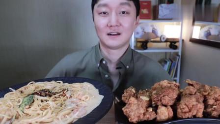 韩国塔屋吃播小哥, 吃虾仁奶油意大利面和肉酱炸鸡, 有食欲吗