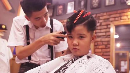 小男孩换上这款发型也能霸占你的型男地位, 你慌不慌?