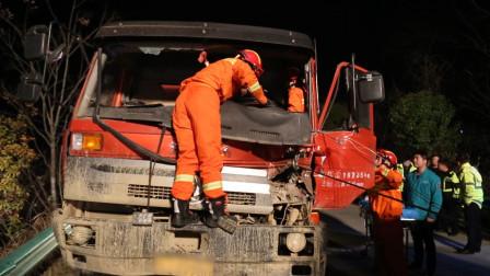 湖北黄冈: 两重型货车追尾司机被困 消防10分钟火速救援