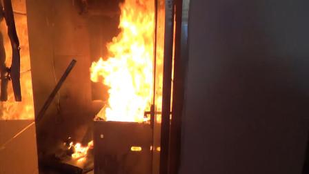 湖北黄冈 浴室起火厨房被引燃 消防员再次面临煤气罐挑战