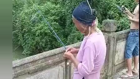 老奶奶曾经是个钓鱼高手吧, 这方法是不是祖传的!