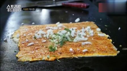 大叔白钟元在哈尔滨吃烤冷面, 吃的同时还不忘介绍烤冷面的来由