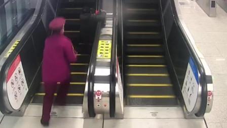 湖北武汉 6旬老人搭乘电扶梯时险摔倒 地铁小哥急速救人