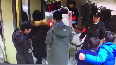 超暖! 湖北武汉: 醉酒男子逃票失败 工作人员买票送他回家