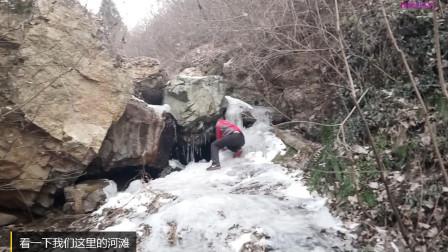 农村小伙上河滩冰坡上, 上去容易下来可难了