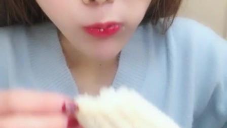 吃冰小姐姐直播吃冰玉米, 牙口不好的人慎点, 我怕会打击到你!