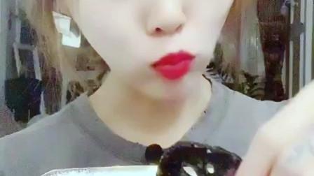 吃冰小姐姐直播吃冰藕片, 一口塞一个超级爽, 网友: 看得我牙疼!