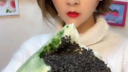 吃冰小姐姐直播吃大白菜, 白菜就得这么吃才过瘾!