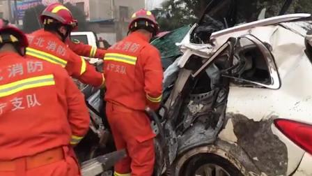 湖北咸宁 2辆货车与1辆小车相撞 消防3分钟营救被困人员