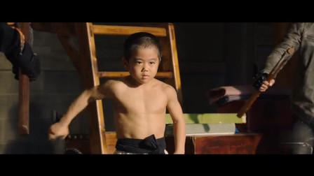 小男孩模仿李小龙学武功,如今一打十个人没问题,太厉害了