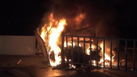 湖北随州 汽车与围栏摩擦起火 大火烧至油箱部位情况紧急