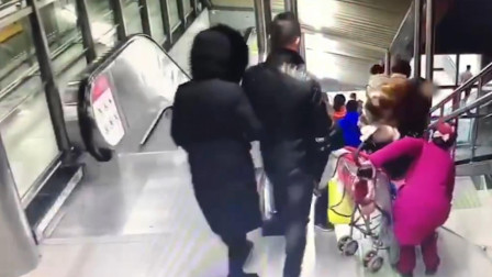 """湖北武汉 笑哭!亲妈地铁站上演""""拔萝卜""""只因孩子穿太多"""