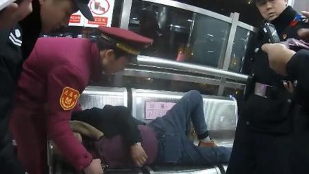 湖北武汉:男子深夜严重醉酒牵动人心 民警陪同送医不离不弃