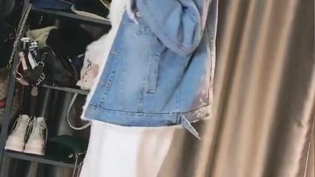 毛毛的牛仔外套搭配白色休闲裤+毛毛鞋,温柔的小姐姐真的好美