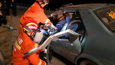 冲击力太大!湖北荆州 大货车撞上小车 车头变形司机被困昏迷