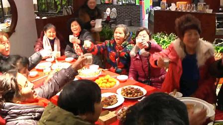 浓浓邻里情!湖北荆州  一社区举行百家宴 上百人温情似一家人!