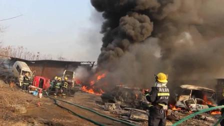 黑烟冲天!湖北荆门一报废车厂起火 多辆车被烧剩壳