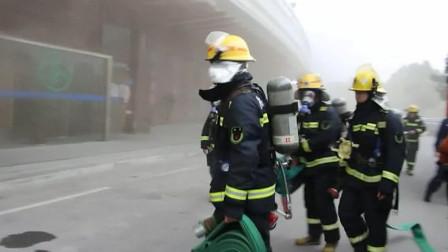 湖北荆门一茶庄起火浓烟滚滚 消防队员迅速出动扑救