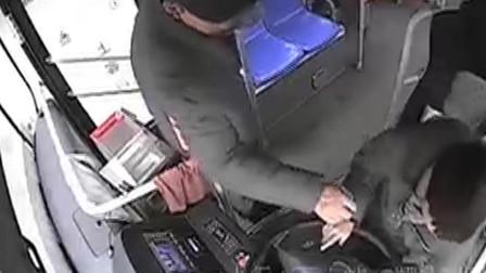 湖北黄石:又见乘客抢夺公交车方向盘 情形十分危险!