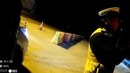 """湖北黄冈 警队有""""熟人""""? 男子无证驾驶遭遇同一交警盘查"""