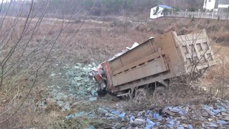 湖北随州 货车落泥塘司机被困 消防紧急营救
