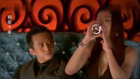 小伙去夜总会喝酒,却被香港人看不起,没想到小伙才是大佬