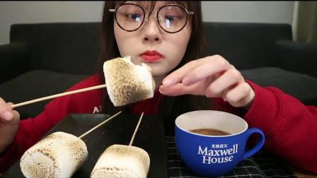 海吃播:小姐姐自己在家烤棉花糖吃,能好吃吗