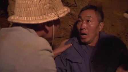 儿子说洞里有条蛇,淘金工父亲走去一看,是金蛇!挖到金蛇了!
