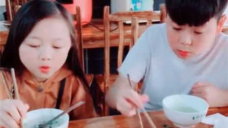 """小伙把掉到桌子上的菜夹到老婆的碗里,没想到老婆竟""""以牙还牙"""",看完你别笑"""