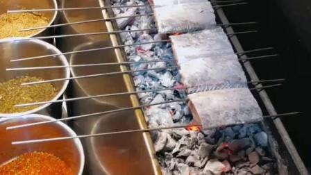 风味人间:烧烤师傅秘制烤鳕鱼,撒上芝麻时我的口水决堤了