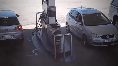 男人开车加油 突然可怕事情发生 监控拍下男人绝望5秒钟!